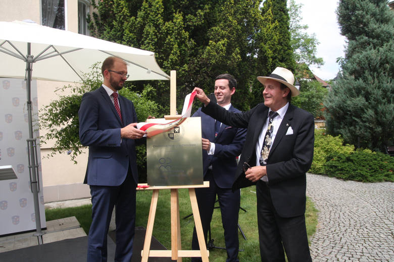Wiceminister Piotr Dardziński, Marcin Ociepa i rektor UO prof. Stanisław S. Nicieja (od lewej) odsłonili tablicę z logo Instytutu.
