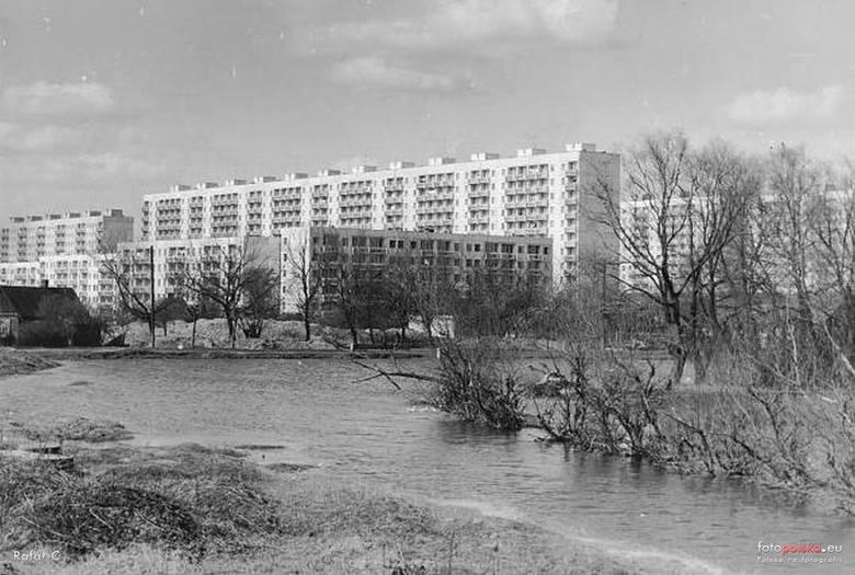1976 , Radom -1976 - osiedle Ustronie i staw przy ulicy Jana Pawła II (dawniej przylegał do ulicy Staroopatowskiej - widoczna na zdjęciu)ZOBACZ TEŻ: