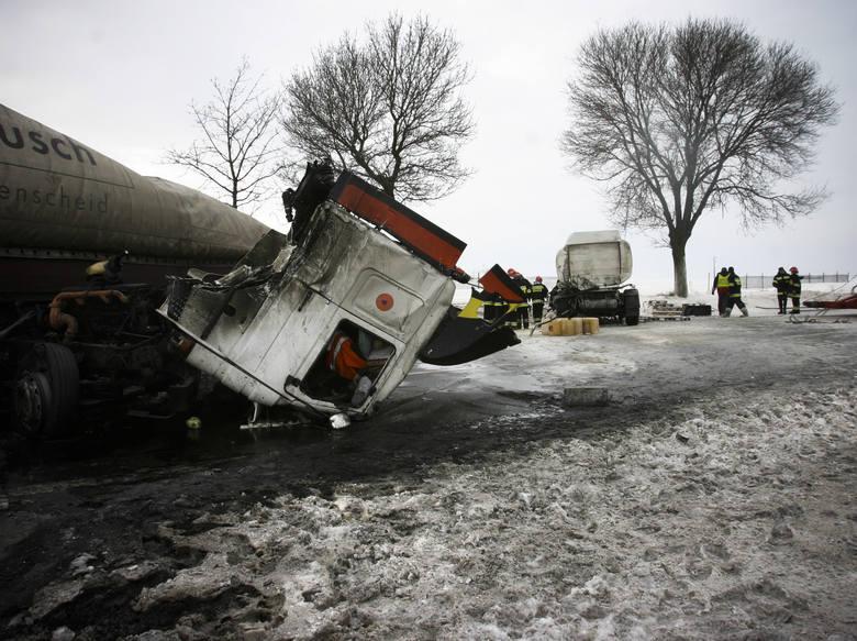 Obfite opady śniegu i porywisty wiatr były przyczynami paraliżu komunikacyjnego, doszło do bardzo wielu wypadków.Na zdjęciu ciężarowa scania zderzyła