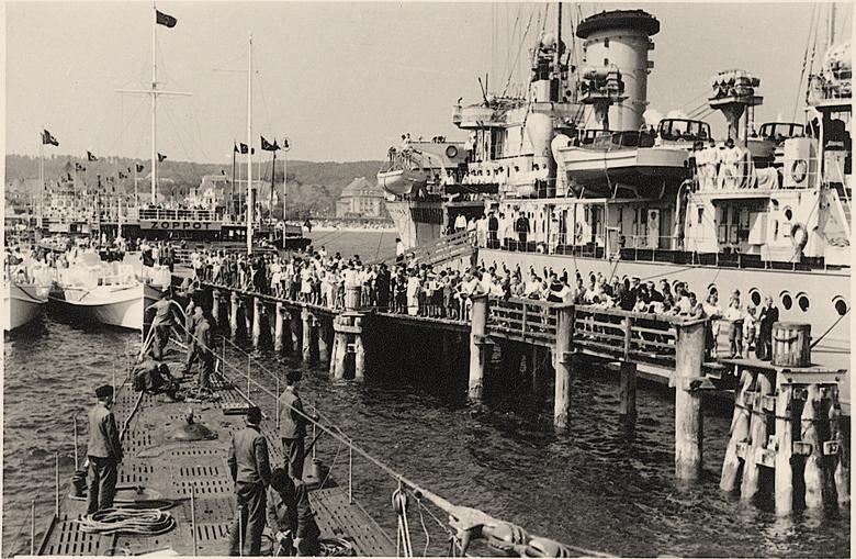 Niemiecki krążownik i podpływająca łódź podwodna, 1943 rok<br />