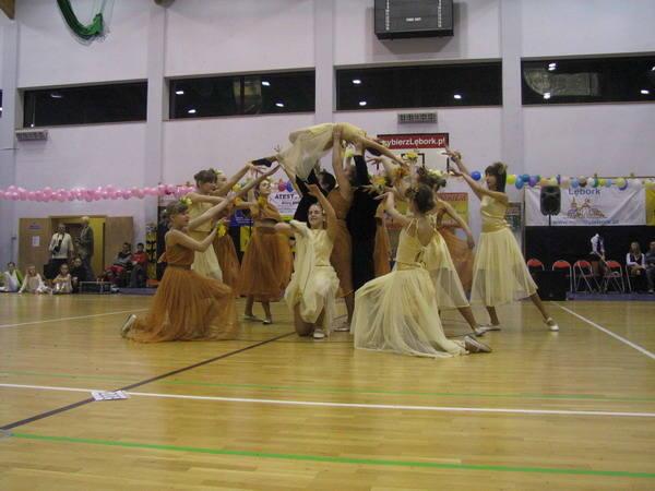 Pierwszy dzien tanecznego festiwalu juz za nami. W Leborku zatanczylo kilkuset zawodników w kilku kategoriach tanecznych. Przodowali mlodzi i bardzo