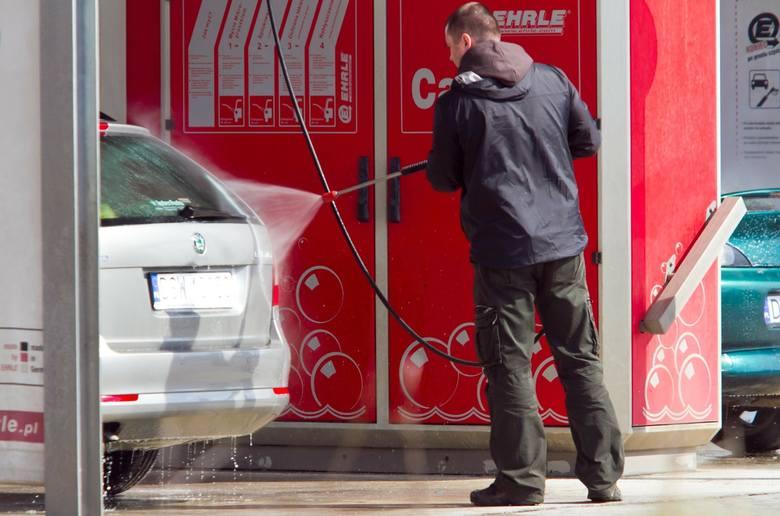 Wizyta na myjni samochodowej w czasie epidemii koronawirusa może sporo kosztować. Przekonali się o tym trzej kierowcy z Olsztyna, którzy dostali mandaty