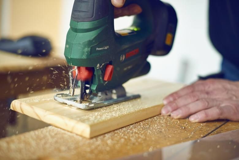Za pomocą m.in. wyrzynarki przygotowujemy kuchnię drewnianą