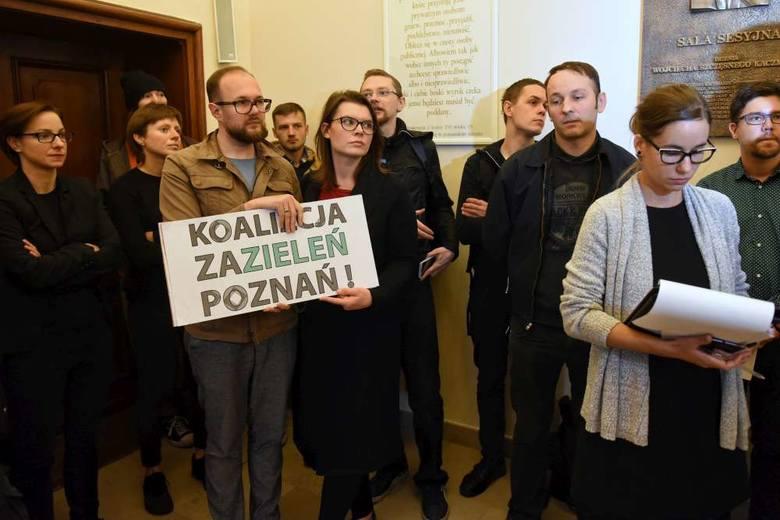Wrzesień 2018 roku, pikieta w obronie zieleni przed salą sesyjną Urzędu Miasta Poznania