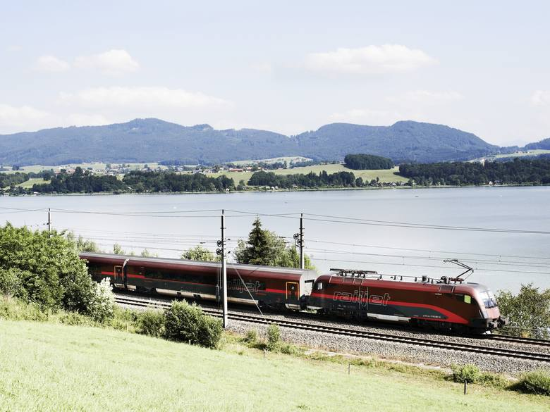 Pociąg linii Railjet.