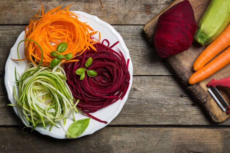 Na diecie odchudzającej makaron pszenny, żytni czy gryczany można zastąpić wstążkami warzywnymi z marchwi, cukinii lub buraka. Taka alternatywa to również
