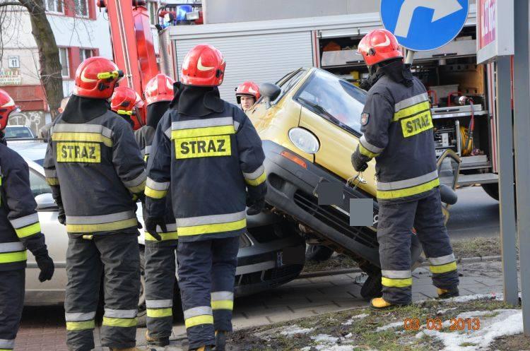 Ul. Wasilkowska. Groźna kolizja daewoo z passatem. Straż pożarna pomogła (zdjęcia)