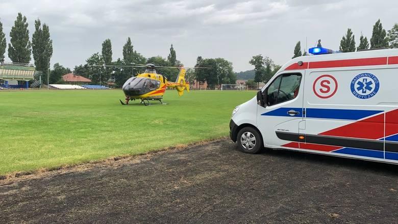 Sześcioletni chłopiec wypadł przez okno z drugiego piętra w Golubiu-Dobrzyniu. Na miejscu zdarzenia pojawili się ratownicy i helikopter. Dziecko jest