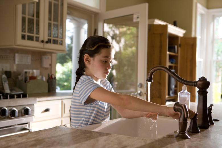 Najważniejsza zasada chroniąca przed infekcją koronawirusem jest zarazem najprostsza. To częste i dokładne mycie rąk. Niezbędna do tego jest woda, mydło,
