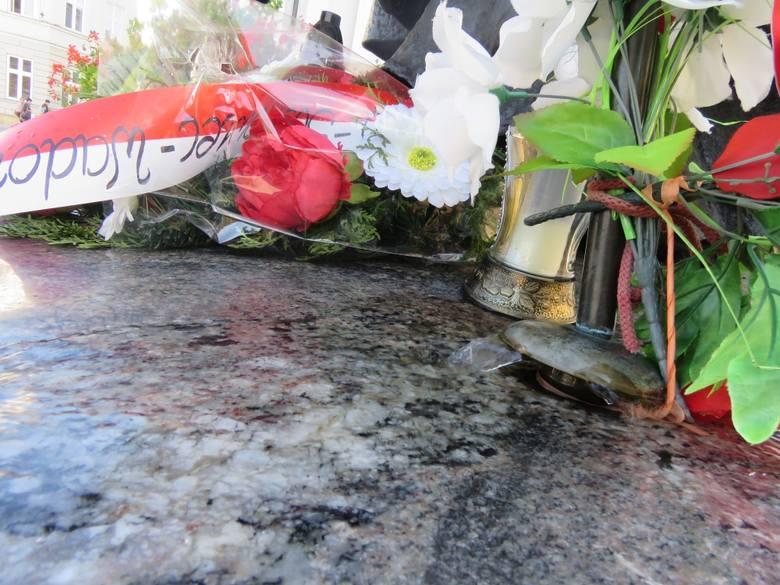 Od środy z papieskiego pastorału zaczęła wypływać woda, Urząd Miejski po ponad dekadzie naprawił zamontowaną w nim fontannę, ale pielgrzymi wierzą, że