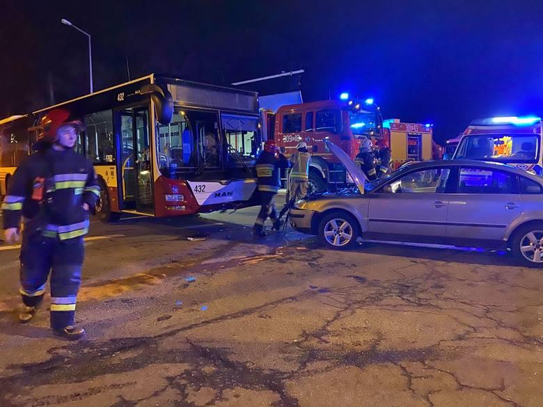 Kolizja w Opolu. Volkswagen wymusił pierwszeństwo i zderzył się z autobusem MZK
