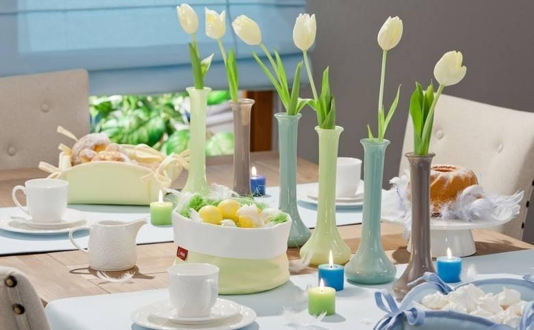 Do dekoracji wielkanocnego stołu warto wykorzystać wiosenne kwiaty. A można to zrobić na wiele sposobów.