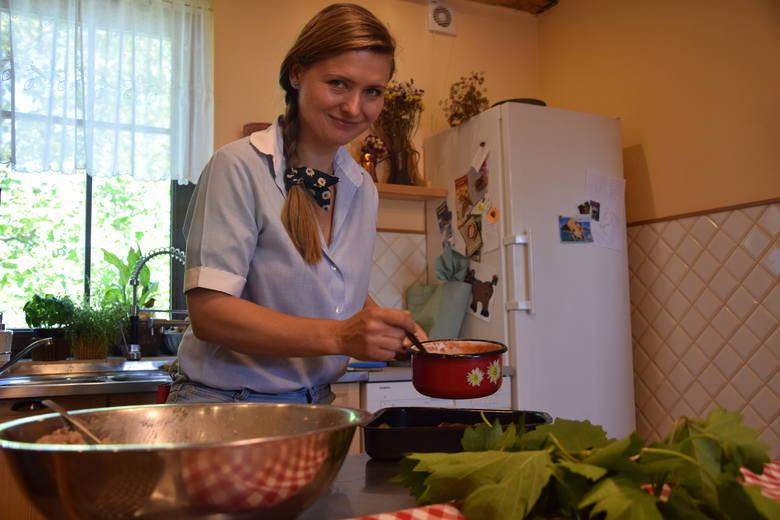 Kinga Koziarska układa gołąbki ciasno na blasze, wtedy nie grozi im rozsypanie, całość polewa pomidorowym sosem