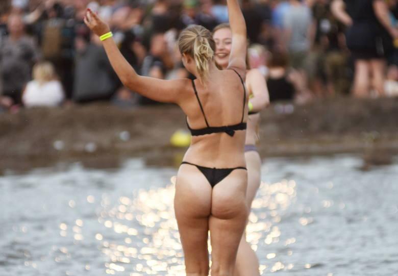 Błoto to jeden z elementów, które wyróżniają Pol'and'Rock Festiwal 2019. Szalone kąpiele przy Dużej Scenie to już festiwalowa tradycja. Zobacz, jak uczestnicy