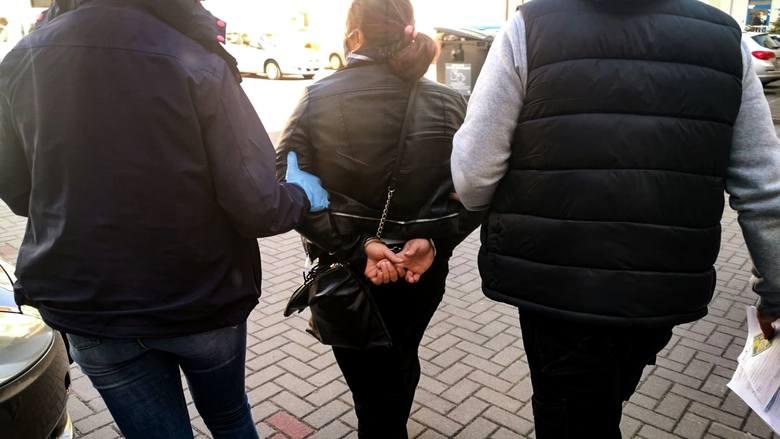 Pokrzywdzona oszacowała swoje straty na 10 tys. złotych. Sprawcom kradzieży grozi do 5 lat więzienia.
