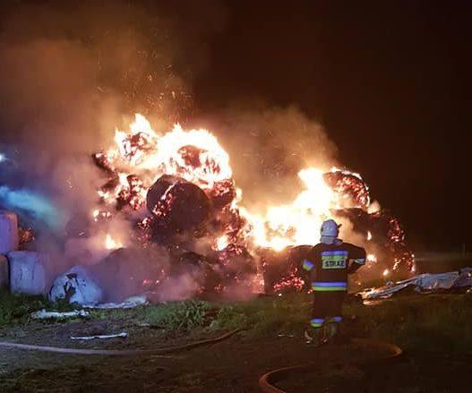 Pożar stosu bel siana wybuchł w nocy z niedzieli na poniedziałek. Zdjęcia pochodzą z FP: OSP Sztabin