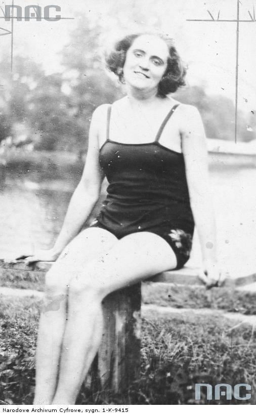 Liliana Zamorska, śpiewaczka nad wodą  w kostiumie kąpielowym).