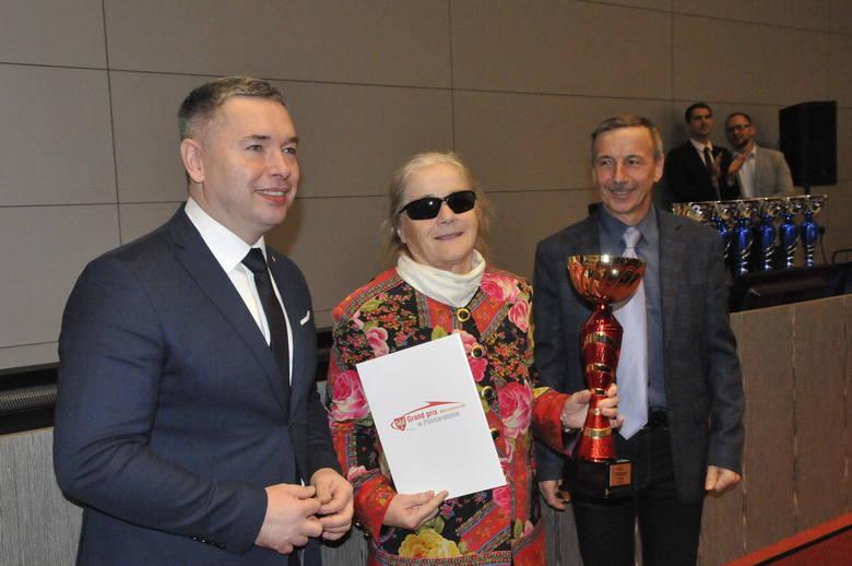 Jacek Bogusławski (z lewej), członek zarządu województwa wielkopolskiego złożył gratulacje laureatom 10. edycji Grand Prix Wielkopolski w Półmaraton