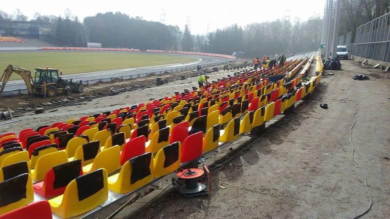 Na stadionie w Poznaniu instalują... żółto-czerwone siedziska. Żużlowcy mają się na tamtejszym torze zainstalować po świętach.