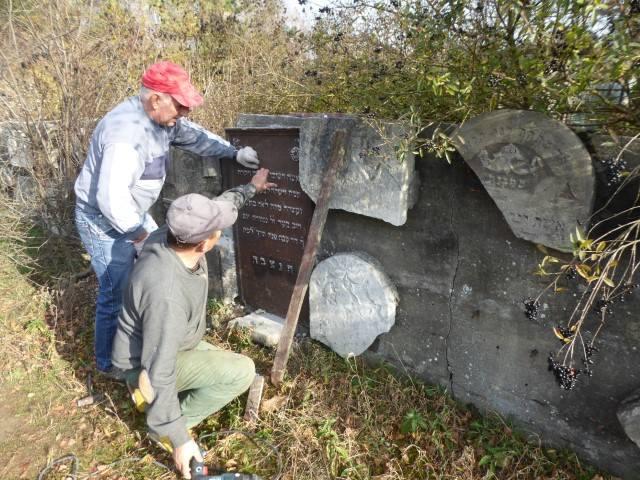 O nekropolie żydowską w Żarkach dbają społecznicy: Wojciech Mszyca i Piotr ZamorskiZobacz kolejne zdjęcia. Przesuwaj zdjęcia w prawo - naciśnij strzałkę