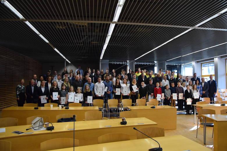 119 medalistów Ogólnopolskiej Olimpiady Młodzieży oraz Mistrzostw Polski, wraz z 40 trenerami, zostało wyróżnionych listami gratulacyjnymi przez Urząd