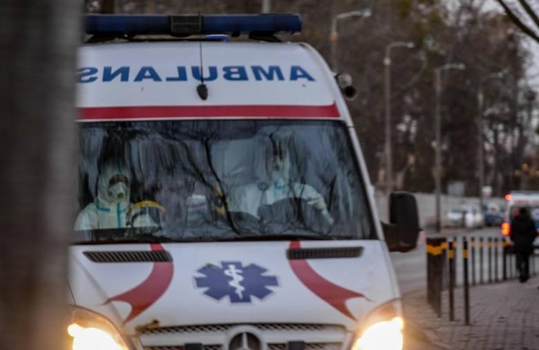 """Pod szpitalami często ustawiają się """"kolejki"""" karetek, a miejsc dla pacjentów brakuje."""