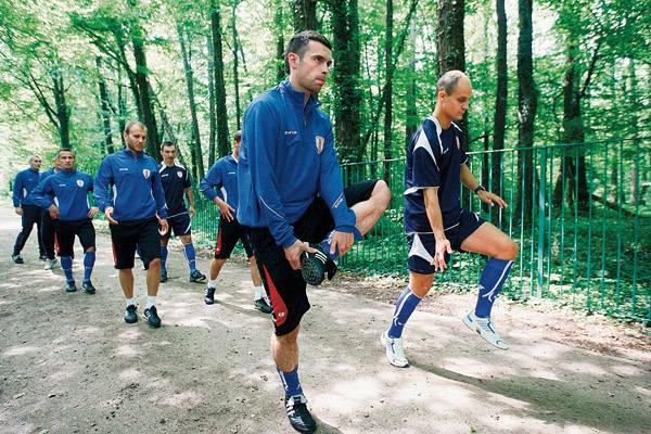 Z przodu ćwiczą dwaj nowi ełkaesiacy - Cezary Stefańczyk (z lewej) i Radosław Pruchnik.