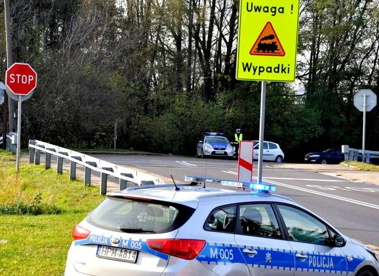 Bezpieczny Przejazd. Podlascy policjanci sprawdzali jak zachowują się kierowcy na przejazdach kolejowych (wideo)