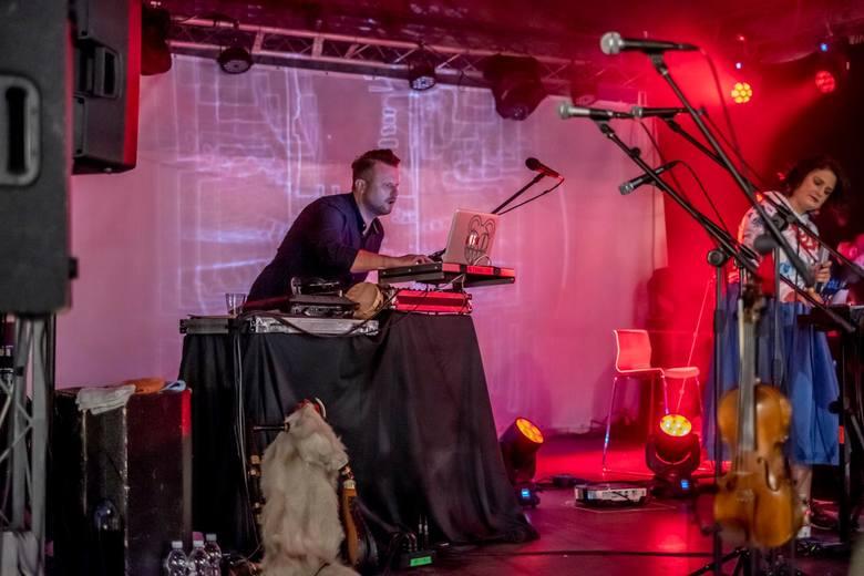 Największą wartością muzyki Provinz Posen jest łączenie gatunków i pomysłowość. W utworach projektu muzyka elektroniczna łączy się z dźwiękami typowymi