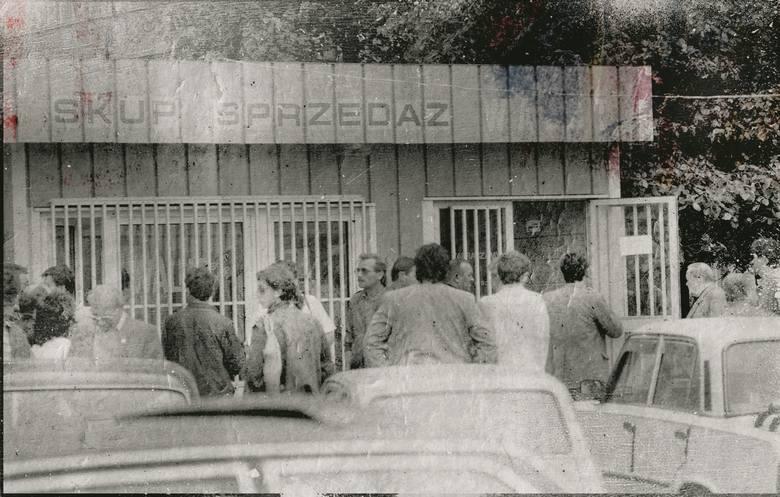 W latach 80. Polacy zakupili 337 tys. aut poza oficjalną dystrybucją. Część z nich pochodziła z kradzieży.  Na zdjęciu warszawska giełda samochodowa,