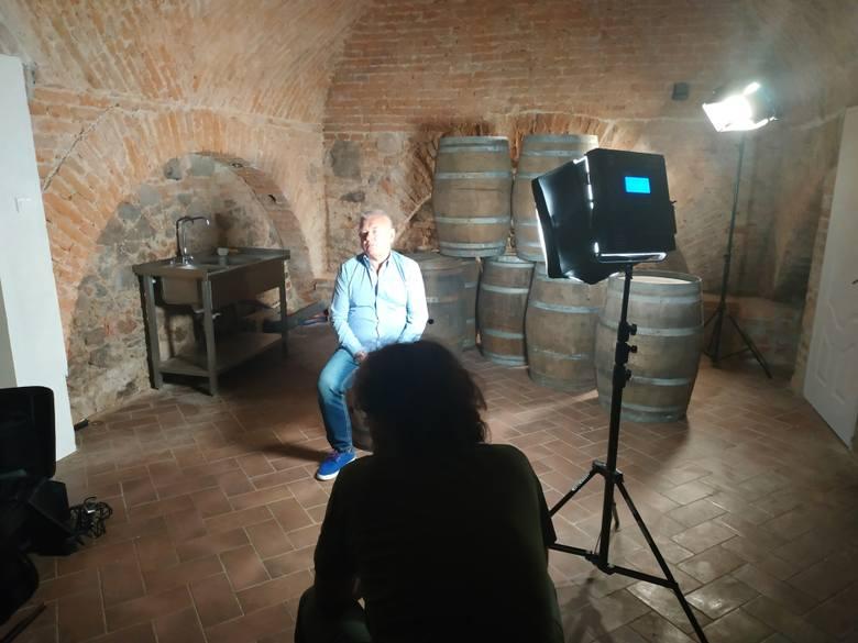 """Pałac Wiechlice, tu winnica jest jedną z wielu atrakcji dla gości hotelowych. Zdjęcia z planu filmowego """"Polskiej Toskanii""""."""