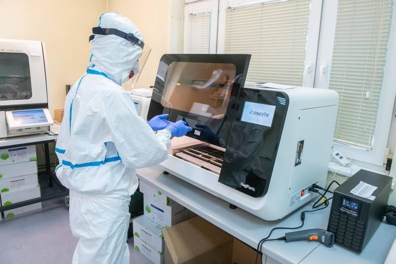 Aktywne ogniska to takie,w których przynajmniej jeden zakażony ciągle wykazuje pozytywny wynik testu na obecność koronawirusa.