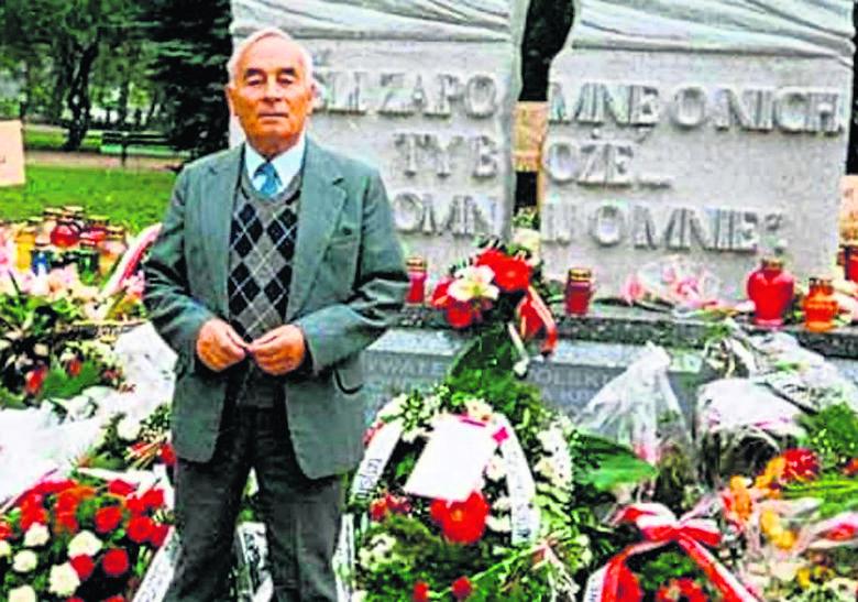 Zbigniew Okoń (1926–2016) – poeta i pisarz, przez dziesiątki lat walczący swoimi publikacjami o prawdę na temat zbrodni wołyńskiej – przed odsłoniętym we Wrocławiu w 1999 roku pomnikiem ofiar banderowców.