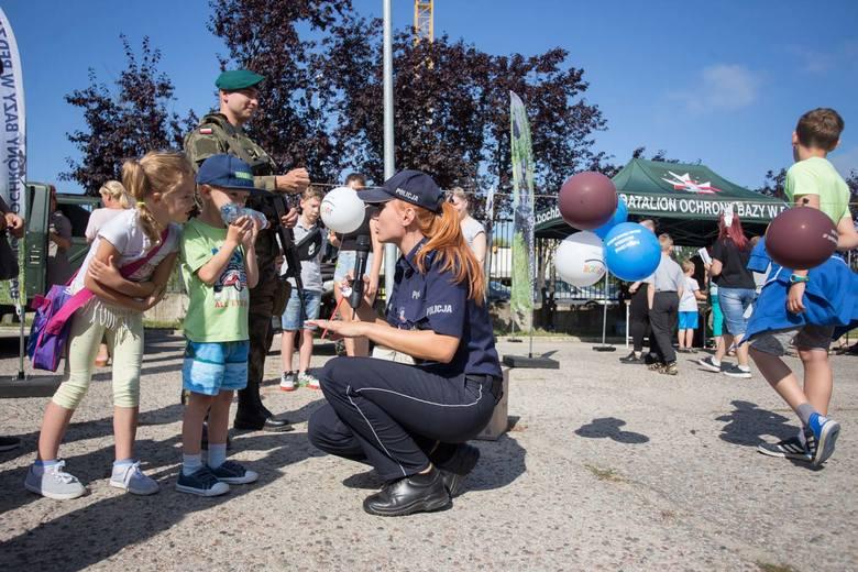 W czwartek odbył się festyn dla najmłodszych z udziałem słupskich służb mundurowych. Piknik zorganizowano przed komendą policji w Słupsku. Dzieci uczestniczyły