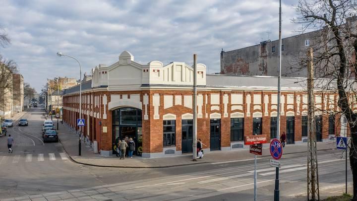 Netto przy ul. Wojska Polskiego 2 to sklep w odrestaurowanym, z dbałością o historyczne szczegóły, budynku wpisanym do rejestru zabytków