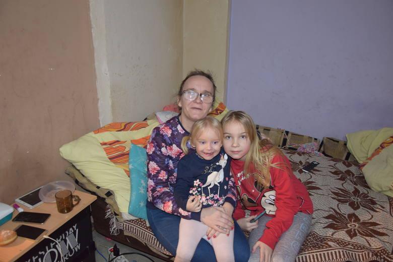 Choć na ścianach mieszkania gdzie mieszka Lenka z rodzeństwem czarny grzyb, to w sercach gości miłość.