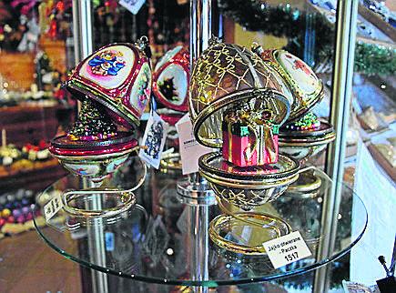 Świąteczne jajeczko Faberge z firmy Komozja.  Jest kilka rodzajów takich ozdób,  w środku może być choinka czy kareta. Mają wysokość 17 cm. Cena tego ze zdjęcia wynosi  334,50 zł. Są też tańsze, za 90 zł.