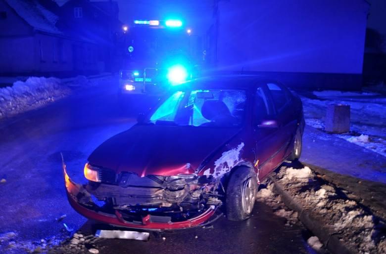 Biała Piska. Wypadek na ul. Sikorskiego. Autem taty wbił się w latarnię (zdjęcia)