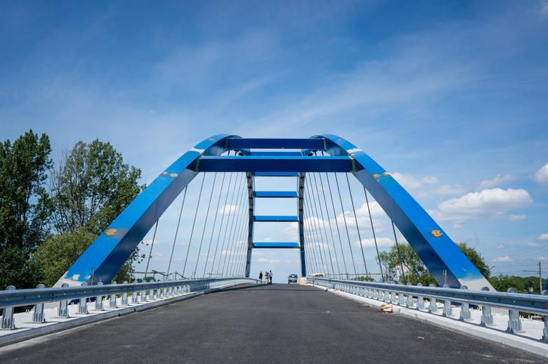 Wykonano już około 95 proc. planowanej długości dróg, trwa budowa ronda włączającego nowo powstałą trasę do istniejącego ciągu drogi nr 454 (kierunek Opole - Namysłów).