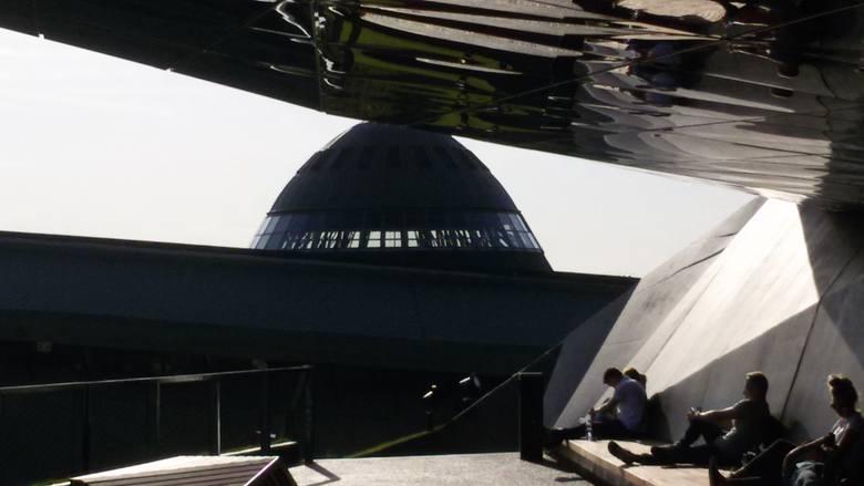 <strong>Przystanek 6:Spodek</strong><br /> Idziemy ul. Morcinka na wschód, skręcamy w prawo w al. Korfantego. Widzicie Spodek? Najwybitniejsze dzieła architektury space age znane możemy podziwiać na całym świecie. Theme Building na lotnisku w Los Angeles, wieża Space Needle w Seattle, Atomium w Brukseli...