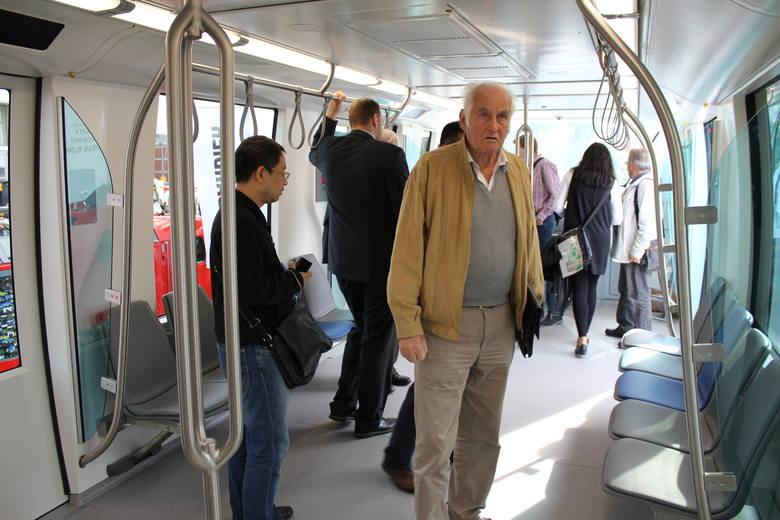Jednym z producentów tego typu kolejek jest firma Bombardier, znana m.in. z produkcji pociągów i samolotów. Kolejki tej marki jeżdżą m.in. w mieście Rijad w Arabii Saudyjskiej. Na zdjęciu model Innovia 300, jaki władze miasta oglądały podczas targów kolejowych w Berlinie.