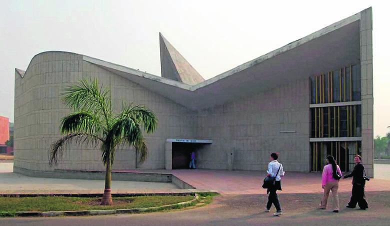 To tu Le Corbusier mówi nam coś w stylu: patrzcie, co można zrobić z wnętrzem.