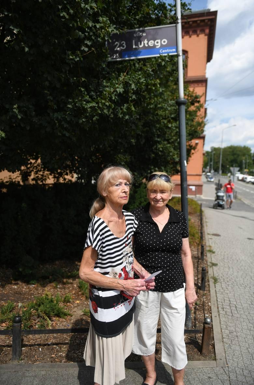 Danuta Bzowy-Lazarowicz (po lewej), mimo że sąd przywrócił nazwę 23 Lutego, nadal otrzymywała  faktury na ul. Lewandowskiej. Podobny problem dotyczył jej sąsiadów i blisko 200 klientów Inea.