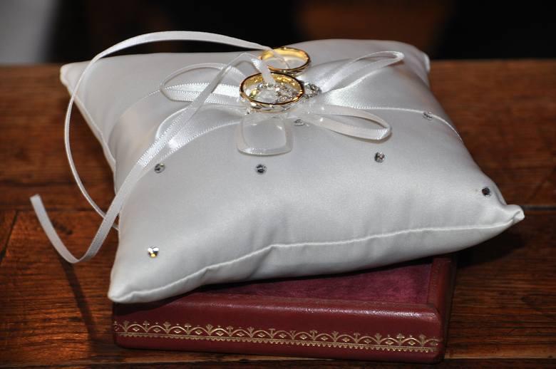 WIEKNie można zawrzeć ważnego małżeństwa mężczyźnie przed ukończeniem 16 roku życia i kobiecie przed ukończeniem 14 roku.