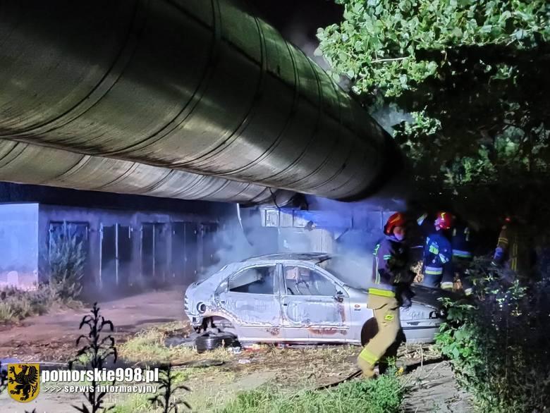 Nocny (22.07.2020 r.) pożar samochodu i rur ciepłowniczych na gdańskich Młyniskach [zdjęcia]
