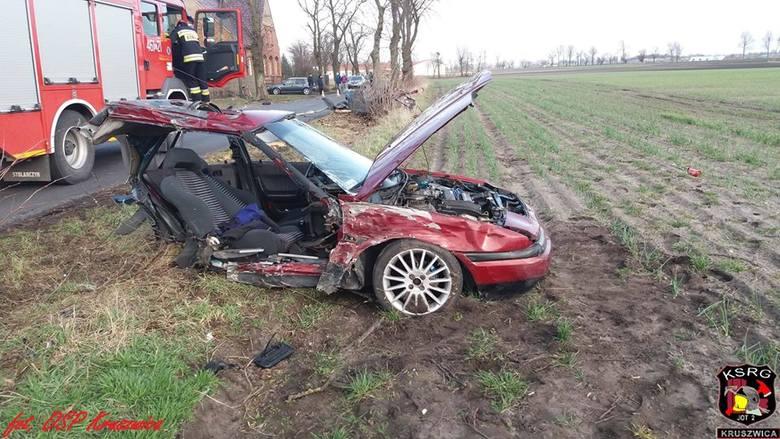Do poważnego wypadku doszło dziś przed godziną 16 w miejscowości Bródzki (gmina Kruszwica).- Samochód osobowy uderzył w drzewo, lecz siła uderzenia była