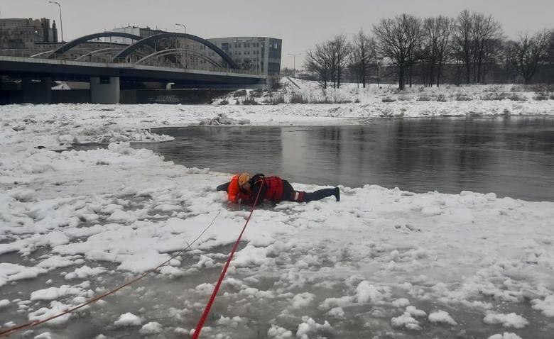Akcja wyciągania z wody mężczyzny, który wpadł do Odry przy mostach Warszawskich 17.02.2021