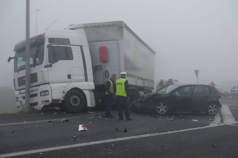 Policjanci i strażacy pracują na miejscu wypadku na obwodnicy Radymna w powiecie jarosławskim. Na wysokości stacji paliw doszło do zdarzenie trzech osobówek