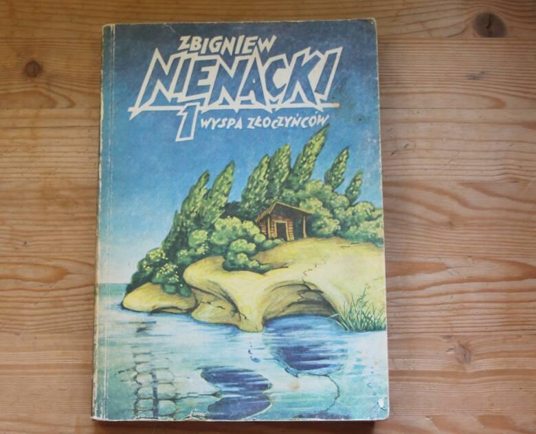 Wyspa posłużyła Zbigniewowi Nienackiemu za pierwowzór Wyspy Złoczyńców.