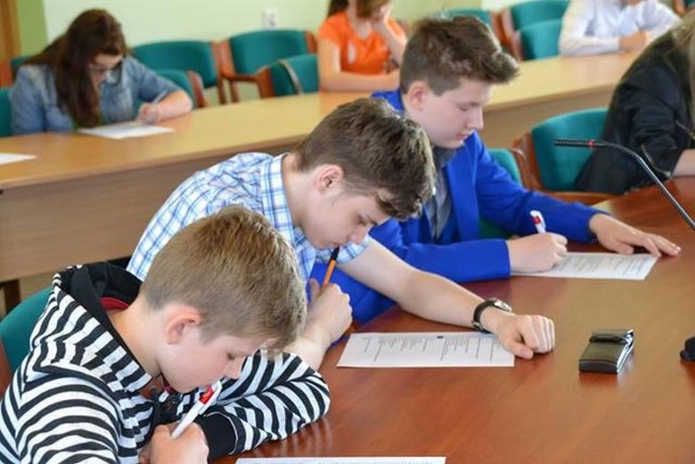 Młodzież z gminy Małogoszcz podczas części pisemnej.